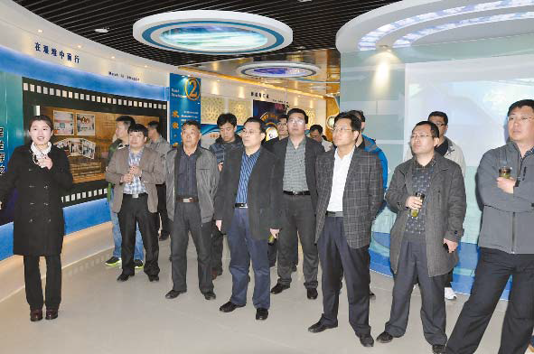 在县委宣传部副部长贾庆毅,新闻中心副主任马池涛等陪同下,来海汇集团